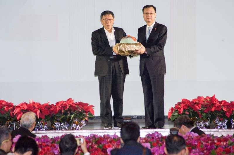 20181219-雙城論壇晚宴,台北市長柯文哲致贈上海副市長周波禮物。(甘岱民攝)