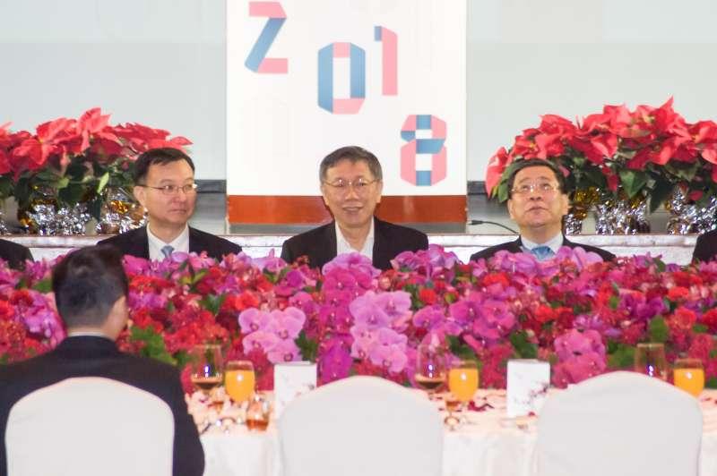 20181219-雙城論壇晚宴,台北市長柯文哲(中)與上海副市長周波(左)入座。(甘岱民攝)