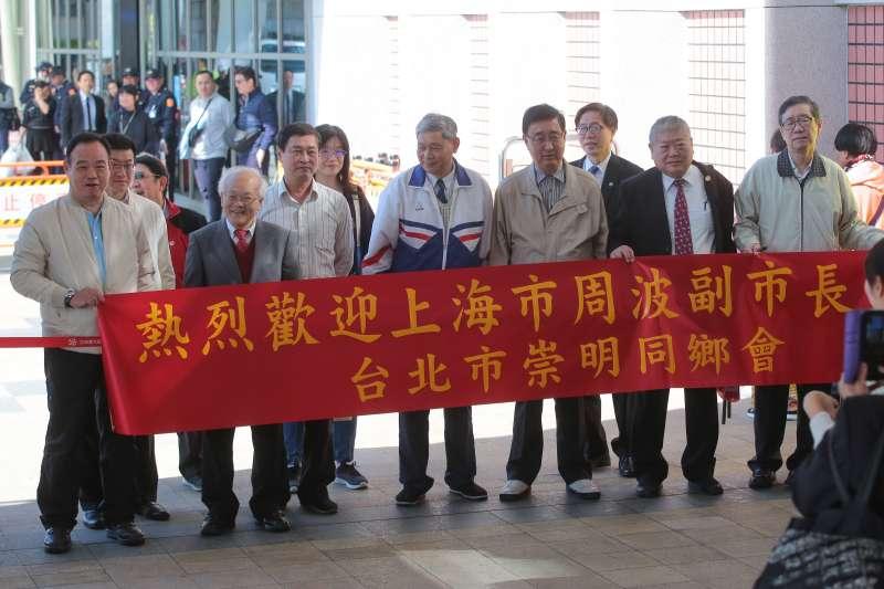 20181219-雙城論壇上海市代表副市長周波及訪問團成員19日午前抵達台北松山機場,台北崇明同鄉會民眾於機場外迎接。(顏麟宇攝)