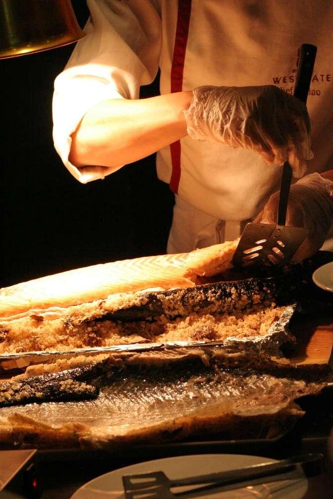 法式鹽焗鮭魚的現切秀,品嚐美食之餘之餘也能如此賞心悅目。(圖/永安ˊ棧)