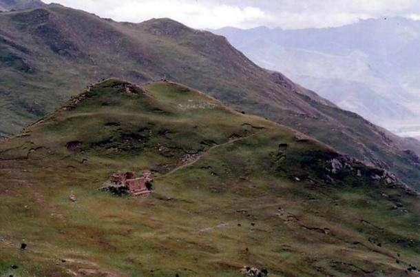 天葬是西藏的傳統習俗,藉由禿鷹和其他鳥類來處理屍體。(圖片取自維基百科)