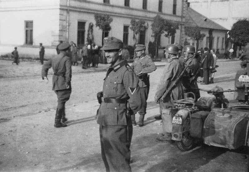1939年希特勒和史達林簽署《德蘇互不侵犯條約》瓜分波蘭(Wikipedia / Public Domain)