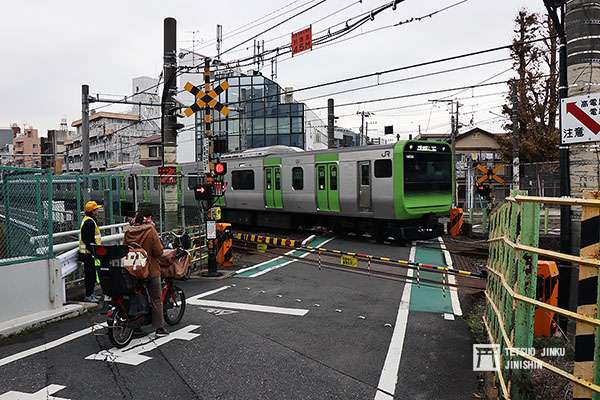 山手線唯一的一座平交道「第二中里踏切」,是日本鐵道迷朝聖的景點之一。(圖/想想論壇)