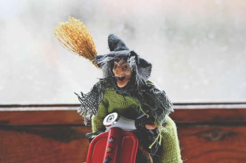 挪威人相信掃帚是女巫的交通工具,因此在平安夜前要將所有掃帚藏起來。(圖/取自pexels)