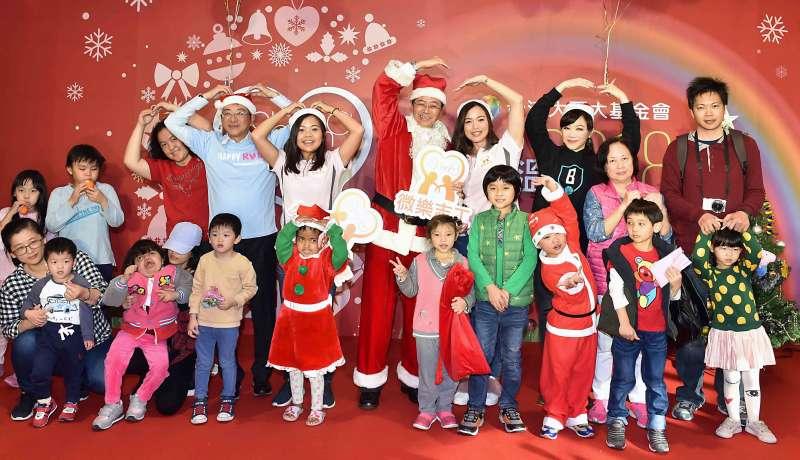 台灣大哥大基金會董事長張善政(左)首度穿上耶誕老公公裝扮粉墨登場,與病童阿鴻驚喜現身,一圓孩子的夢想!