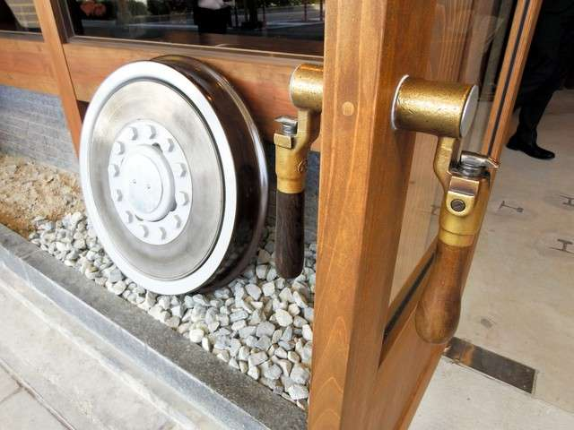 玄關的門把是駕駛台的方向盤。在玄關前還放置了柴聯車的車輪。(圖/潮日本提供)