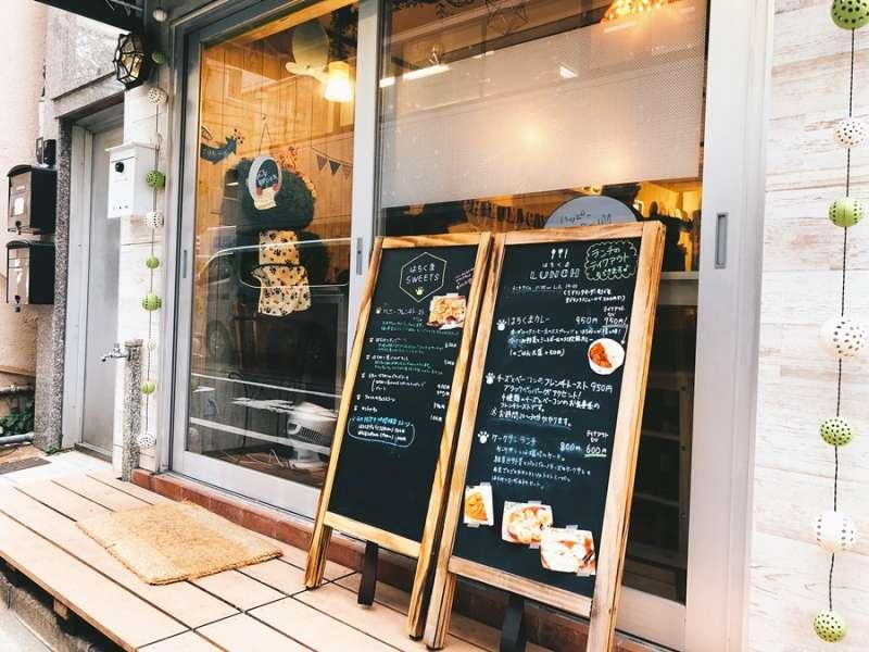 由小熊維尼粉絲所開的,取名為蜂蜜熊的Hachikuma Café(圖/KKday)