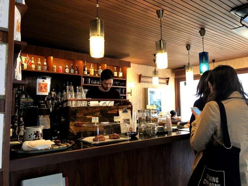 現沖咖啡,讓整間店充滿咖啡香。(圖/KKday)