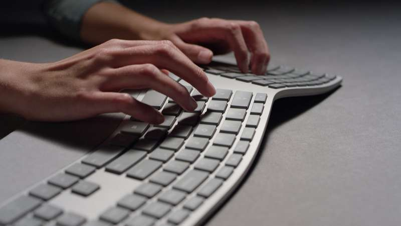 改變形狀,以符合人體工學的鍵盤。(圖/愛范兒ifanr)