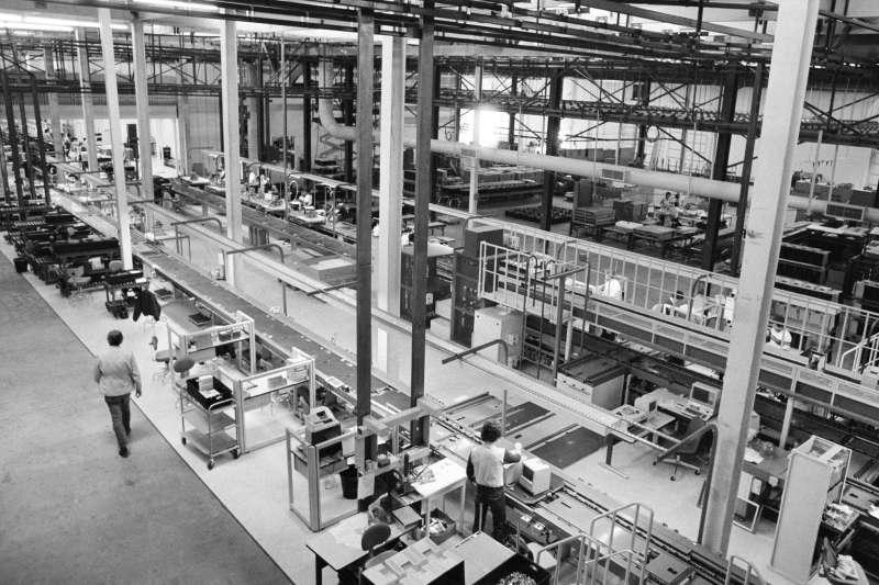1992 年麥金塔在美國的生產線全部關閉,蘋果也不得不接受生產外包,本土製造的夢正式破滅。(圖/愛范兒ifanr)