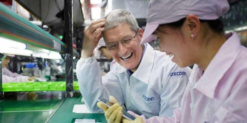 庫克在富士康工廠。(圖/愛范兒ifanr)