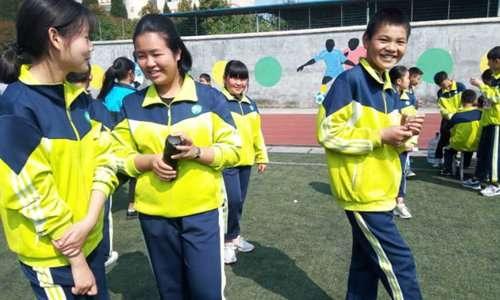 中國大陸貴州省仁懷巿第十一中學採「智能校服」,以數位資訊化方式管理學生。(圖/智慧機器人網)