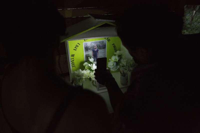 雅可琳的家人布置好靈堂,等待她回家。(美聯社)