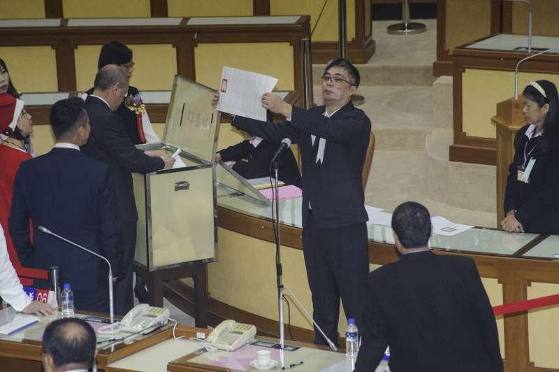 20181225-新北市議會正副議長選舉,工作人員正在唱票。(甘岱民攝)