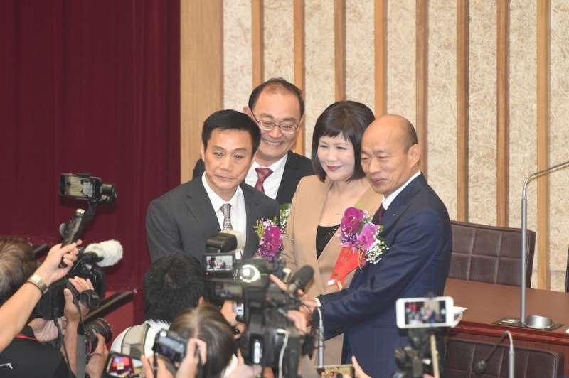 高雄市議會第3屆議員今天宣示就職,重頭戲正、副議長選舉隨即登場,由中國國民黨提名的正、副議長候選人許崑源和陸淑美當選,獲得熱烈掌聲祝賀。(圖/高雄市政府提供)