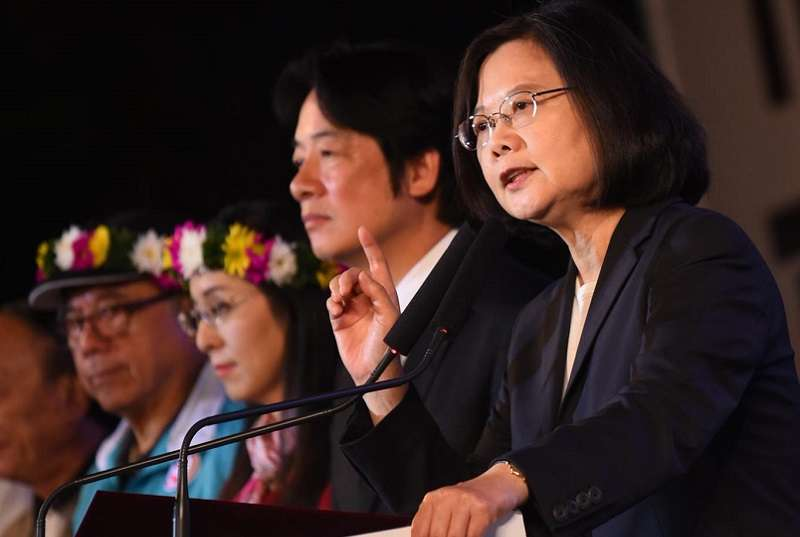 12月25日,新科縣市長宣誓就職,台灣翻了新頁,民進黨蔡政府賴內閣却還焦頭爛額地糾結於台大校長人事案。(蔡英文臉書)