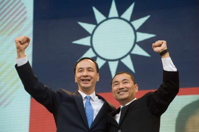 20181225-卸任新北市長朱立倫(左)25日出席新任新北市長侯友宜(右)的就職交接典禮。(甘岱民攝)