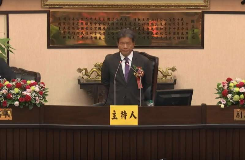 台南市議會今(25)日上午舉行議長選舉,民進黨籍原任副議長郭信良在宣誓時,當場時宣布退黨。(擷取自台南市議會直播頻道)