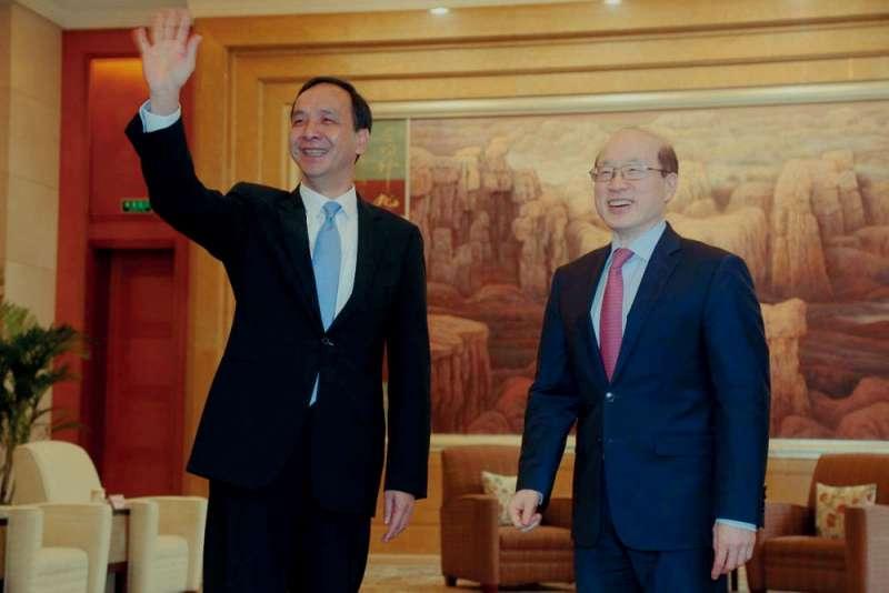 2018年3月,朱立倫(左)拜會國台辦主任劉結一(右)。(新北市政府提供)