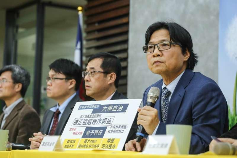 葉俊榮(右一)認知台大遴選會已不可期待,是到處理的時機了。(陳品佑攝)