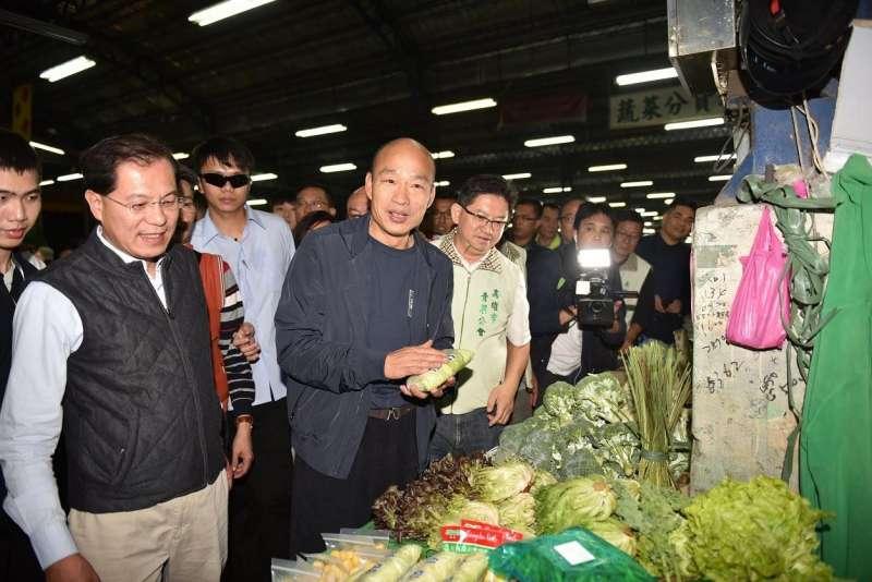 高雄市長韓國瑜延續前晚與十全果菜市場攤商的交流座談行程,實地視察果菜批發及拍賣情況。(圖/徐炳文攝)
