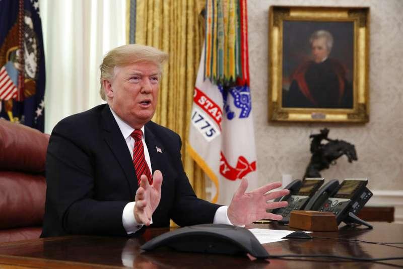 2018年12月25日,川普在白宮橢圓形辦公室發表談話。(AP)