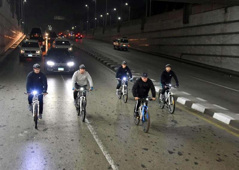 埃及總統塞西(Fattah el-Sissi)呼籲人民多運動減重,自己也騎單車跑行程。(AP)