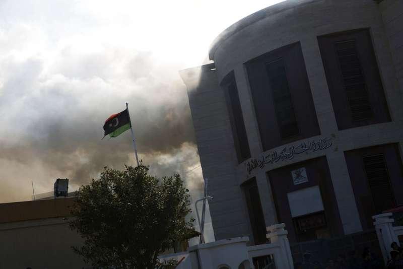 2018年12月25日,利比亞外交部爆發恐怖攻擊,伊斯蘭國宣稱犯案。(AP)