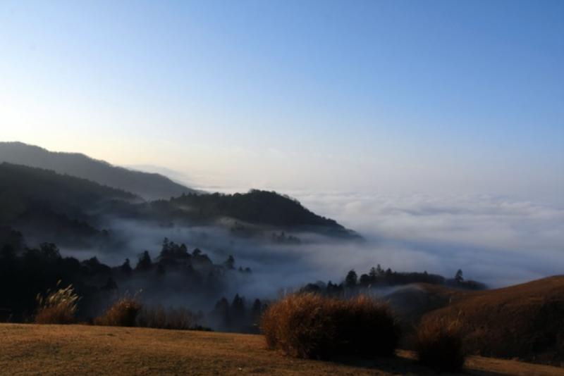 20181227-雲海受到光線照耀而變換豐富多彩的樣貌。在雲海下方則是遼闊的奈良市街區=攝於12月21日。(圖/潮日本提供)