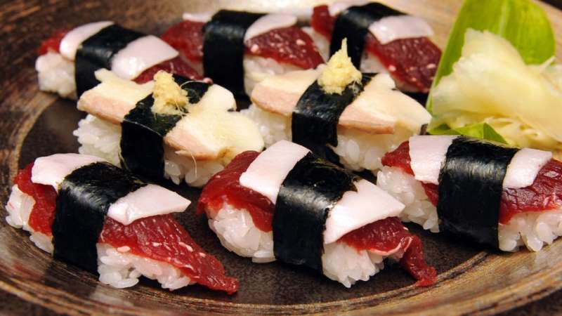 鯨魚肉製作的壽司在日本宮城出售。(圖/BBC中文網)