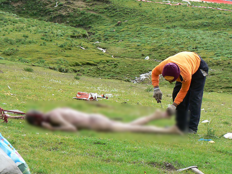 除了把大體切割外,僧侶還要拿錘子將死者的骨頭搗碎。(圖片取自維基百科)