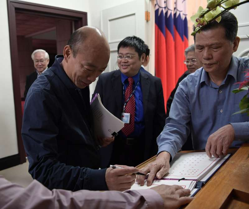 20181227-六都新任市長今(27)日首度到行政院參與行政院會,圖為高雄市長韓國瑜進行簽到。(行政院提供)