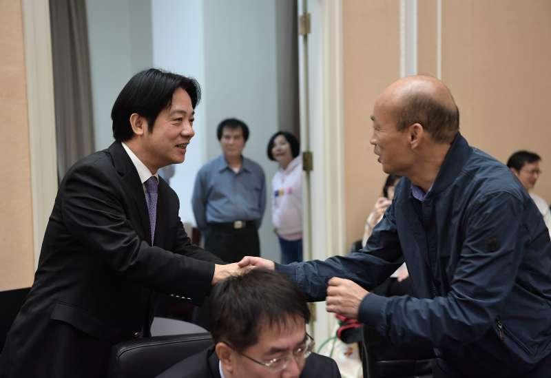 20181227-六都新任市長今(27)日首度到行政院參與行政院會,行政院長賴清德和高雄市長韓國瑜握手致意。(行政院提供)