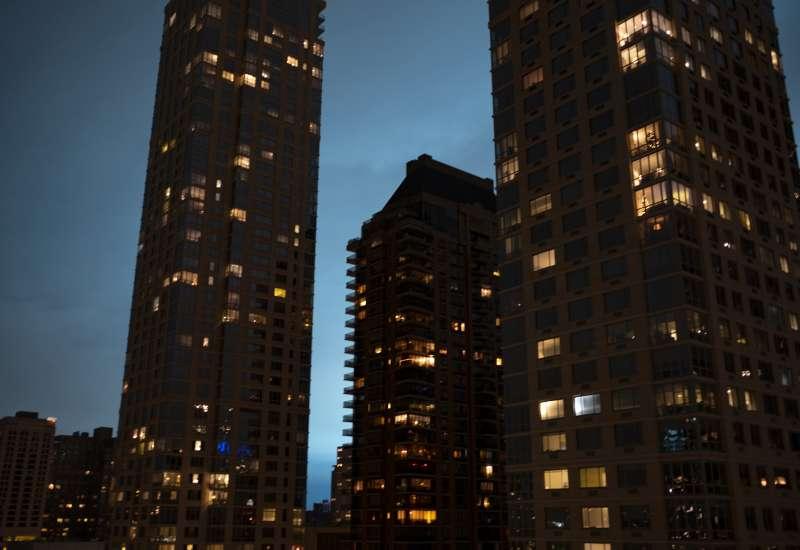 2018年12月27日傍晚,一道藍光籠罩紐約大蘋果(AP)