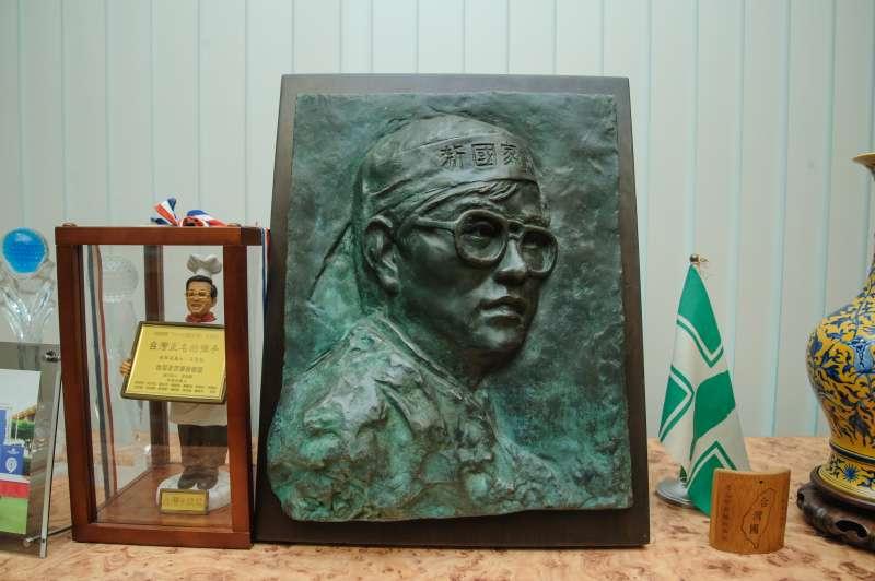 20181228-辜寬敏專訪,辜寬敏在辦公室中擺著鄭南榕的浮雕。(甘岱民攝)