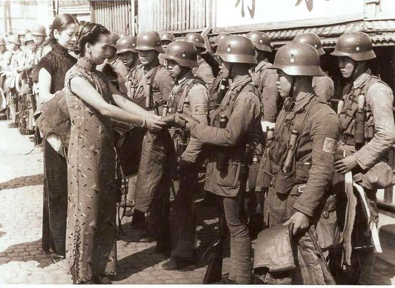 民國26年(1937年),上海各界慰勞國軍(德式)88師官兵。由於缺乏經費,因此國軍的德式師,只配備了輕武器,缺乏自動武器與重砲,基本上只勉強達到德軍1932年輕步兵師的標準。(作者提供)