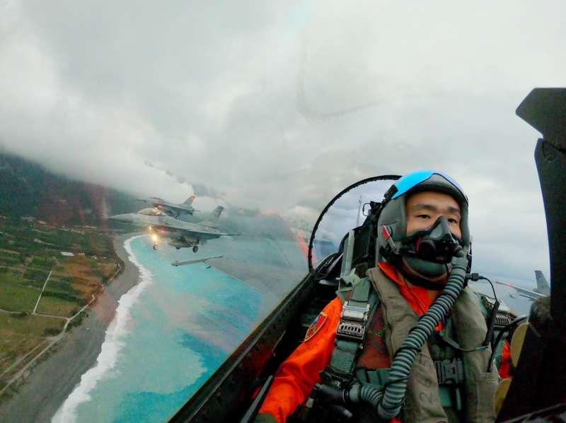 20190101-元旦升旗典領,基地位於花蓮的空軍第五聯隊,以5架F-16戰機通過七星潭上空。(軍聞社提供)