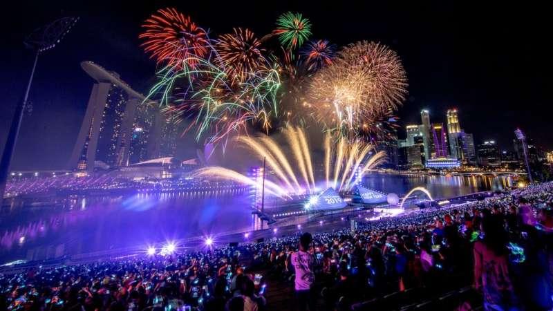 在新加坡的濱海灣,人們期待著炫目的煙火表演。(圖/BBC中文網)
