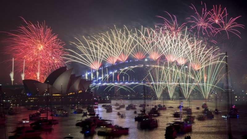 澳大利亞悉尼海港大橋上空的焰火持續了12分鐘。(圖/BBC中文網)