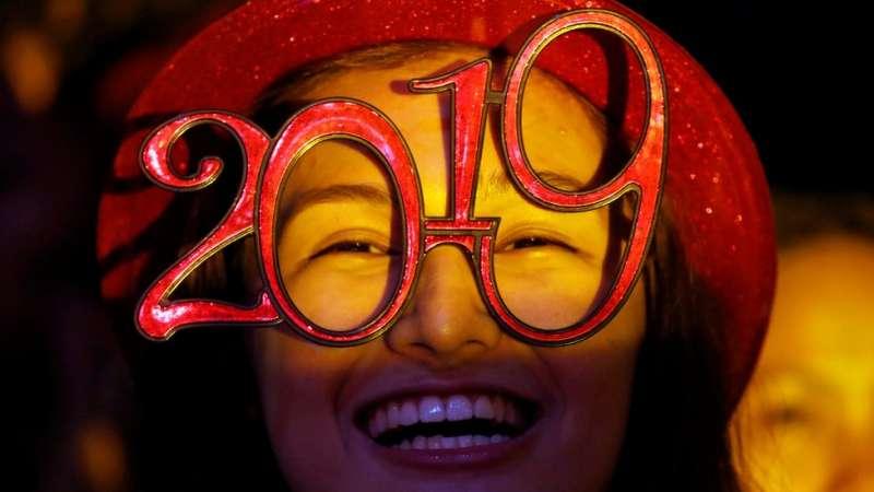 菲律賓奎松,一名狂歡者頭戴寫有「2019」字樣的眼鏡。(圖/BBC中文網)