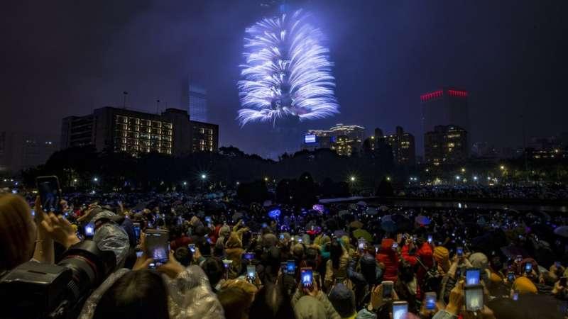 台灣著名的101大樓燃放絢麗煙花,人們拿出手機拍攝。(圖/BBC中文網)
