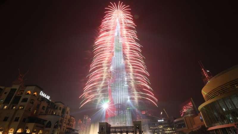 煙花照亮世界最高建築——杜拜哈里發塔。(圖/BBC中文網)