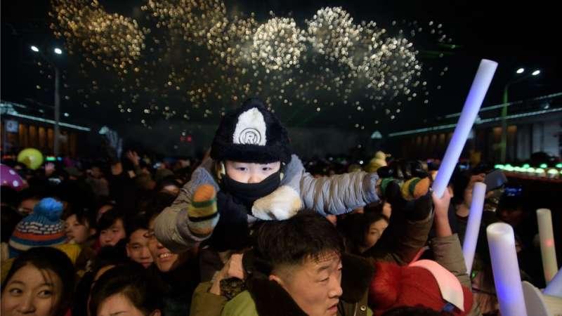 朝鮮首都平壤,人們聚集在金日成廣場迎接新年。(圖/BBC中文網)