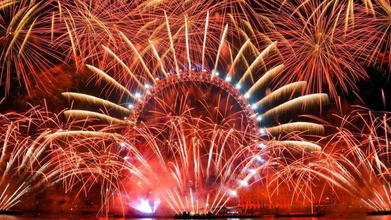 英國倫敦標誌性的「倫敦眼」,煙花表演持續了10分鐘。(圖/BBC中文網)