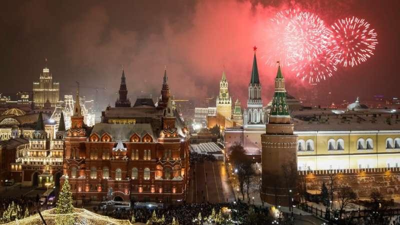 俄羅斯莫斯科克里姆林宮附近的煙花。(圖/BBC中文網)
