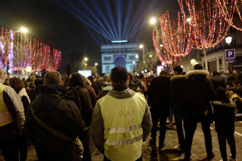 2018年12月31日,法國「黃背心」示威者也出現在巴黎凱旋門前的新年慶祝活動現場(美聯社)