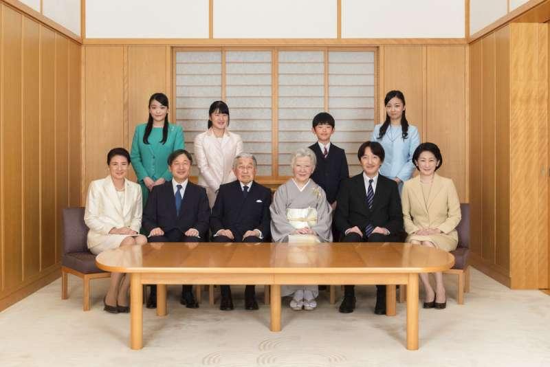 2019年1月1日,以日本明仁天皇(左三)為首的日本皇室拍攝新年全家福。(AP)