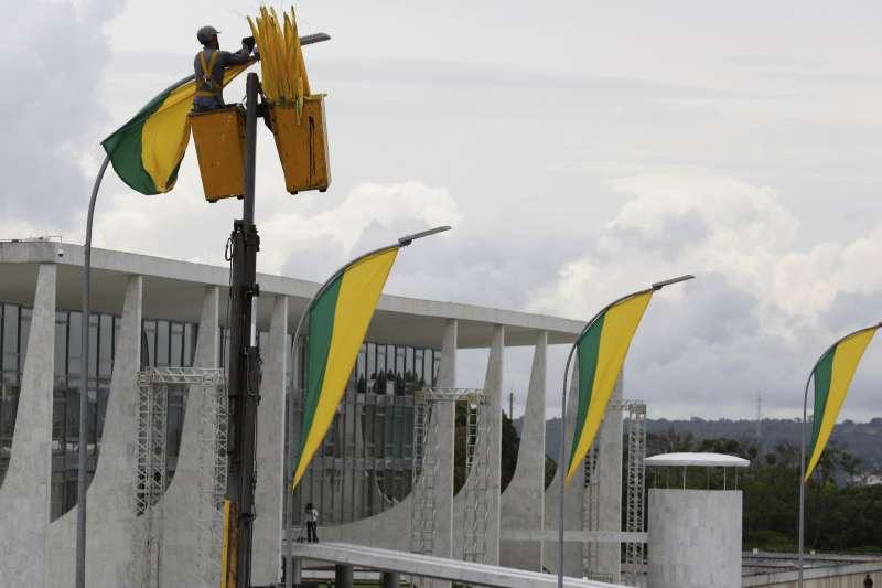 巴西新總統博索納羅的就職典禮將於1日舉行,一名工人正在準備(美聯社)