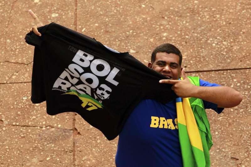 巴西新總統博索納羅的就職典禮將於1日舉行,一名支持者開心展示寫著博索納羅姓名的T恤(美聯社)