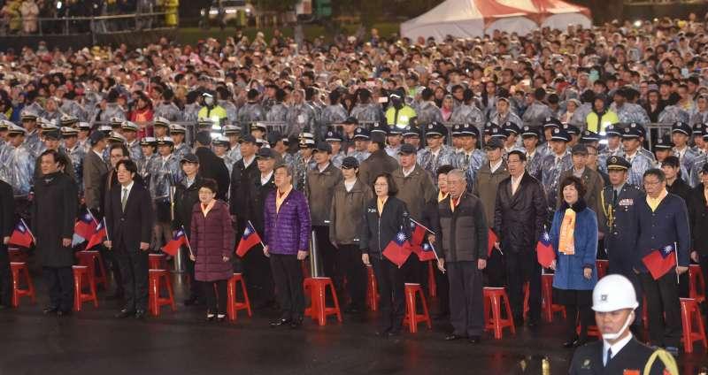 20190101-108年元旦升旗典禮於總統府前舉行,總統蔡英文和副總統陳建仁手持國旗領唱國歌。(台北市攝影記者聯誼會提供)